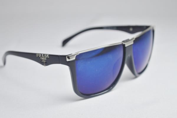 1c10f6aff PRADA - Óculos de sol modelo esportivo masculino com armação na cor preta e  metal prateado, lente levemente espelhada na cor azul origem prada milano  italy ...