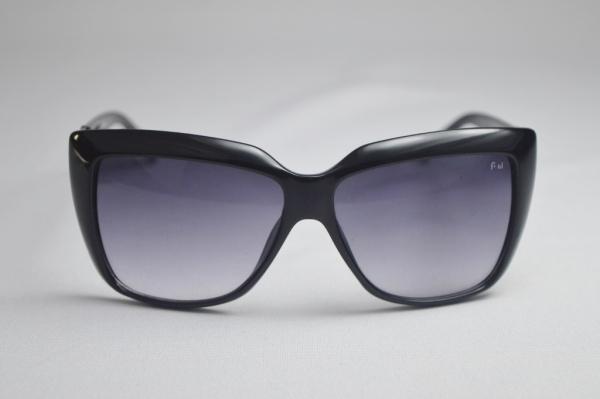 f4a426367 Óculos de sol modelo feminino armação na cor preta marcado C.E em uma das  hastes sobre o código C-56330-10-210 5813-138