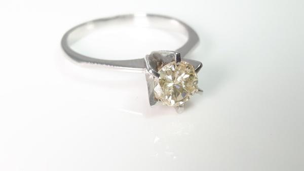 cc48b2f09f766 Imponente solitário de diamante em ouro branco 18k, com diamante de aprox.  65 pontos, aro n. 16, peso total 2.8 gr.