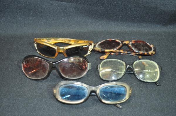 fba3fdc04 Lote composto por 5 óculos antigos sendo 4 óculos de sol e 1 óculos de  lente.
