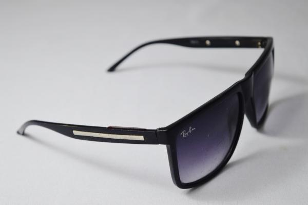 e64d37953 RAY BAN - Óculos de sol de famosa grife model esporte fino armação na cor  preta, hastes com aplicação em metal prateado sobre o cod. 13013 MARCA DE  USO
