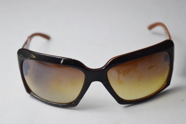 d1c013afa Óculos de sol modelo esporte fino, armação na cor degrade preta e ambar  hastes .