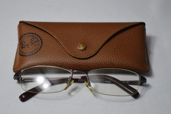 b90b80280 RAY BAN - Óculos modelo executivo de famosa grife armação em metal lentes  de .