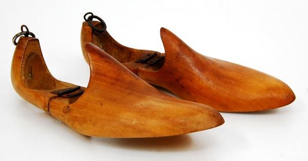 a182d96c4 Antigo par de formas para sapato feminino, articuláveis, em madeira,  manualmente torneadas - datadas da década de 1940 - Medidas 26 cm X 8,5 cm  - Bom estado ...
