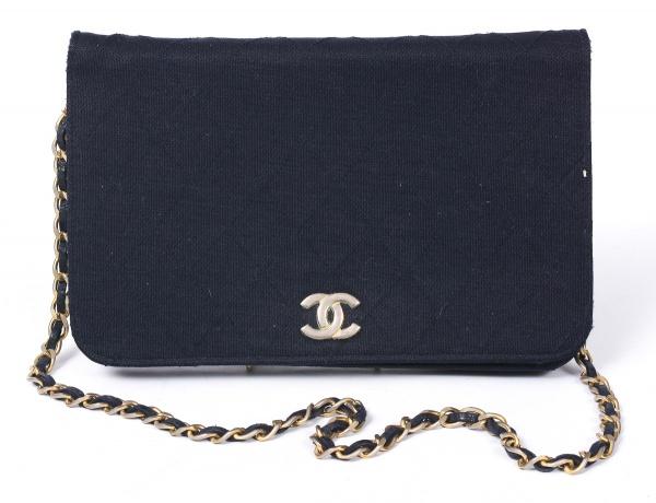 d85a8ec97 CHANEL. Bolsa vintage, versão do modelo clássico 2.55 em tecido preto  bordado com losangos, ferragens e alça em metal dourado, interior em pelica  vinho.