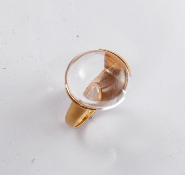 f3f62d2e0f9 Anel de ouro amarelo 18k pedra em cristal cabochon que pela sua  transparência e curvatura forma uma lupa amplificando a imagem do brilhante  de 20 .
