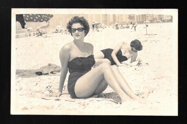 MODA. Fotografias (4) de moças na praia, com os trajes
