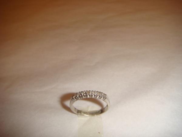 b6546d5613954 Meia aliança em ouro branco, com 7 diamantes, 0,02 pontos cada, peso 2.6  gramas. Aro 16.