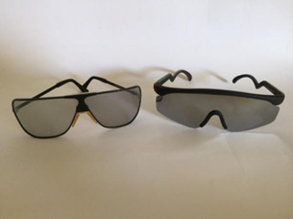aed4de305 2 óculos de sol esportivos. 1 da marca Sergio Valente,
