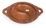 S/ ASSINATURA - Esc. Angolana - Séc. XX (arte tribal) - Petisqueira, em madeira esculpida e entalhada a mão, selo do governo angolano, diam. 38cm.