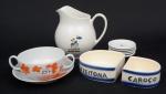 Dez objetos utilitários, em porcelana: Consome c/ presentoir, 05 porta copos, azeitoneira e jarra p/ refresco.
