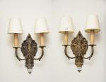 Antigo Par de apliques p/ 02 luzes estilo Luiz XIV, em bronze dourado e cinzelado, cúpulas em tecido, med. 38 x 28cm. (funcionando). Obs : Desmontagem e retirada por conta do arrematante