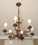 Antigo Lustre p/ 06 luzes estilo Luiz XV, em bronze dourado e cinzelado, braços em volutas e flores, med. 100 x 60cm. Desmontagem e retirada por conta do arrematante