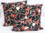 Duas grandes almofadas de chão, forradas em tecido estampado e preto, med. 60 x 60cm.