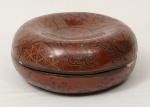 Grande caixa porta joias redonda chinesa circa 1950, em laca vinho decorada c/ motivos Tao Tie, med. 18 x 8cm.