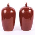 Antigo Par de potiches chineses ao gosto da dinastia Ching, em porcelana monocromática sangue de boi, alt. 27cm.