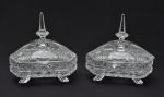 Par de bombonieres triangulares estilo Luiz XV, em cristal lapidado e bizotado, pegas prismáticas, med. 20 x 20cm.
