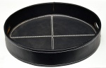 Grande bandeja circular estilo art deco, forrada em couro ecológico preto, med. 39 x 7cm.