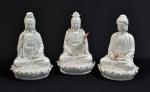 Kuanyin e Budha Meditando s/ Tronco de Flor de Lotus, excepcional conjunto de 03 estatuetas chinesas do período revolucionário, em biscuit c/ ausência de policromia, med. 14 x 20cm.